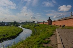 Kamenka river and Monastery of Saint Euthymius in Suzdal stock photography