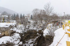 KAMENNOMOSTSKIY, ADYGEYA, RUSSIA - 29 gennaio 2017: Fornito delle scale e della gita guidata delle rotaie sul territorio del hadz Immagini Stock