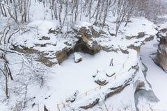 KAMENNOMOSTSKIY, ADYGEYA, RUSSIA - 29 gennaio 2017: Fornito di recinto l'itinerario di giro sul territorio dei tum di hadzhohskay Fotografia Stock Libera da Diritti