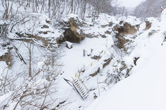 KAMENNOMOSTSKIY, ADYGEYA, RUSSIA - 29 gennaio 2017: Itinerario di giro dell'aria nella gola pittoresca del tasn bianco- di hadzho Fotografia Stock