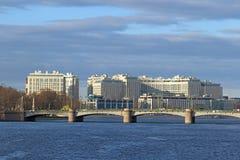 Kamennoostrovsky bro och moderna byggnader, presidentbusien Arkivfoto