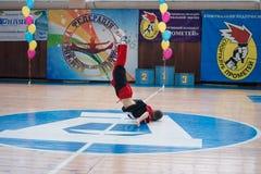 Kamenskoye, Ucrânia - 8 de março de 2017: Campeonato da cidade de Kamenskoye em cheerleading entre os solos, os duetos e as equip Imagens de Stock