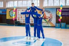 Kamenskoye, Ucrânia - 9 de março de 2017: Campeonato da cidade de Kamenskoye em cheerleading entre os solos, os duetos e as equip Fotos de Stock Royalty Free