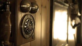 Kamer niecki antykwarski stary kabla naziemnego telefon w kraju domu - Sepiowa wersja zbiory wideo