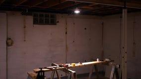 Kamer niecki fachowa kontrahent pracy ławka w suterenowym worksite - ALT zdjęcie wideo