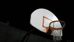 Kamer niecki koszykówka obręcz na sądzie przy nocą zdjęcie wideo
