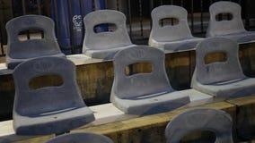 Kamer niecki nad pustymi krzesłami przy wydarzeniem sportowym przy nocą zbiory wideo