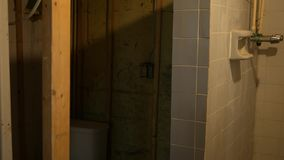 Kamer niecki nad wyburzającą suterenową łazienką w wczesnym stanie przemodelowywają zdjęcie wideo