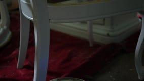 Kamer niecki zestrzelają galon biała farba podczas sztuka projekta zbiory