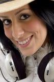 kamera żeński przyglądający boczny uśmiechnięty widok Fotografia Royalty Free