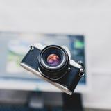 Kamera, analoge Fotografie über Hintergrund der neuen Technologie Lizenzfreie Stockfotografie