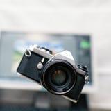 Kamera, analoge Fotografie über Hintergrund der neuen Technologie Stockfoto