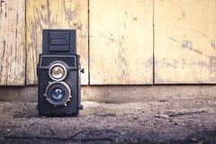 Kamera auf einem hölzernen Hintergrund Stockfotografie