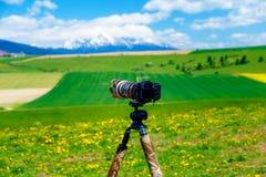 Kamera auf einem Stativ in der schönen Landschaft von Frühlingsschneebergen Lizenzfreie Stockbilder