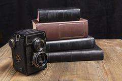 Kamera auf Holz Lizenzfreies Stockfoto