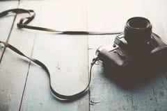 Kamera auf Tabelle Stockfotografie