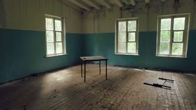Kamera bewegt Innere ruiniertes Haus, gebrochene Möbel und Abfall, Licht von den Fenstern, leerer Raum stock footage