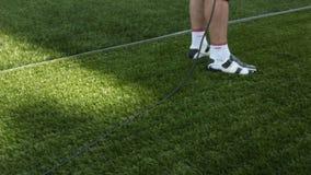 Kamera bewegt sich über Stadions-Gras auf Betreiber-Schmierfilmbildungs-Ereignis stock video