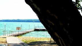 Kamera bewegt sich entlang hölzernen schönen Pier mit befestigten Booten ein Sommertag stock video