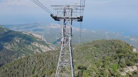 Kamera bewegt sich entlang Kabelweise auf Tahtali in der Türkei, Ansicht über Seeküste, Wald und Felsen stock footage
