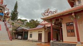 Kamera bewegt sich um buddhistischer Tempel-Komplex auf Hauptpagode stock footage