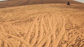 Kamera bewegt sich von den Sand-Bahnen auf näherndes Viererkabel stock video footage