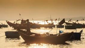 Kamera-Bewegungen entfernt Fischerboot bei Sonnenuntergang in Vietnam stock footage