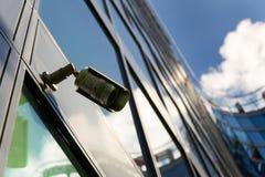Kamera bezpieczeństwa dołączająca izolować z okno tłem obraz royalty free