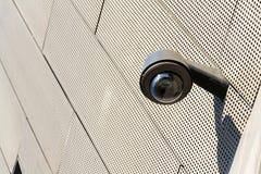 Kamera bezpieczeństwa dołączająca izolować z okno tłem zdjęcie stock