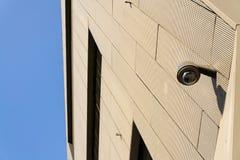 Kamera bezpieczeństwa dołączająca izolować z okno tłem fotografia stock