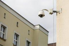 Kamera bezpieczeństwa na budynku ustawiającym obserwacje ulica. zdjęcie stock