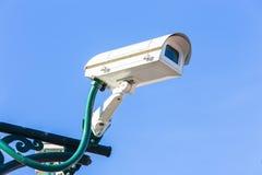 Kamera bezpieczeństwa przeciw niebieskiemu niebu Fotografia Royalty Free