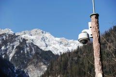 Kamera bezpieczeństwa z śnieżną górą obrazy stock