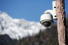 Kamera bezpieczeństwa z śnieżną górą fotografia stock