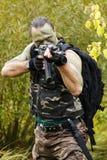 kamera broni człowiek stara wskazanych w kierunku zdjęcie stock