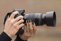 Kamera in den Händen Stockbilder