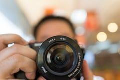 Kamera in der Hand stockbild