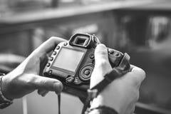 Kamera in der Hand, Straßenphotographie stockfotografie