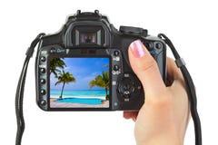 Kamera in der Hand und Strandlandschaft lizenzfreies stockfoto