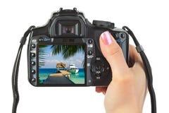 Kamera in der Hand und Strandlandschaft Lizenzfreie Stockfotos