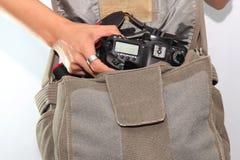 Kamera in der Tasche Stockfotografie