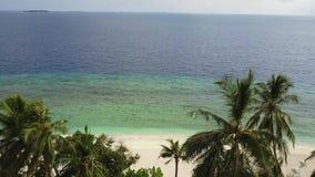 Kamera, die über Palmen über dem tropischen weißen Sandstrand und -Türkis Indischen Ozean auf Malediven, Brummengesamtlänge aufst stock video footage