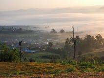 Kamera, die Foto auf einen Hügel macht Stockfotografie