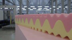 Kamera entfernt entlang Tabelle mit rosa und gelbem Schaum-Gummi stock footage