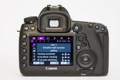Kamera för foto för profesional DSLR för dropp för fläck för Canon EOS 5D på vit reflekterande bakgrund Royaltyfri Bild