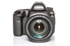 Kamera för foto för profesional DSLR för dropp för fläck för Canon EOS 5D på vit reflekterande bakgrund Royaltyfria Foton