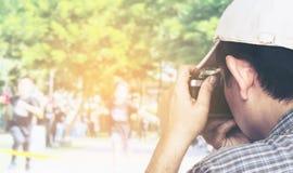 Kamera för maninnehavfilm som är klar att ta fotoet av sportkonkurrens arkivfoton