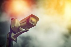 Kamera för säkerhetscctv-bevakning på utomhus- pol i mörkt moln Royaltyfria Bilder