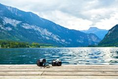 Kamera för tappningfilmfoto Främre sikt, slut upp fotoet Mot bakgrunden av sjön Härlig himmel, vågor och landskap arkivfoton