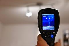 Kamera för termisk kopiering för hand som kontrollerar temperatur arkivfoton